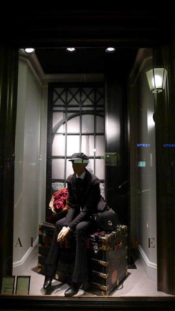 Ralph Lauren München, Schaufenster mit Koffer, Oktober 2013